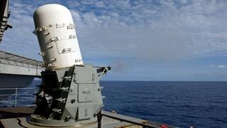 پدافند نزدیک و قدرتمند Phalanx CIWS محصول آمریکا بر روی کشتی نظامی