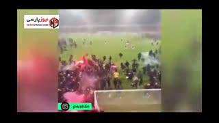 حمله هواداران تیم آیک سوئدی به زمین فوتبال