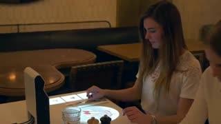 استفاده از تکنولوژی هولوگرافیک برای نشان دادن منوی رستوران