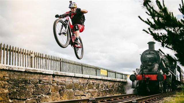 """دوچرخه سواری فوق العاده دنی مک اسکیل در """"روز استراحت"""" + پشت صحنه"""
