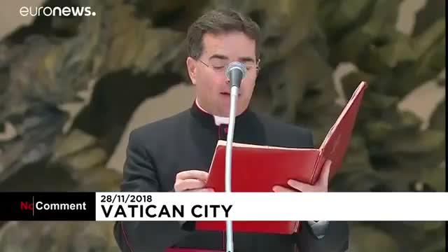 شیطنت کودک خردسال در مراسم رسمی در حضور پاپ