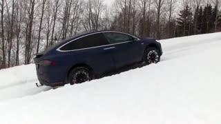 رقابت تسلا مدل ایکس و هامر در بالارفتن از سربالایی پوشیده از برف