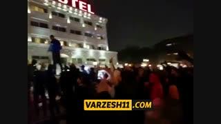 تجمع هواداران استقلال مقابل هتل تیمشان در رشت