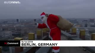 بابانوئلی که با فرود آمدن از بالای برج برای کودکان هدیه آورد…