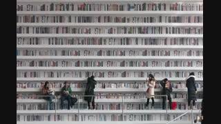 کتابخانهای با کتابهای دکوری