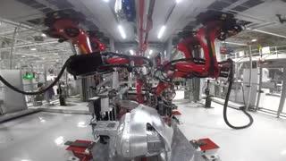 همکاری ربات و انسان در ساخت «تسلا مدل 3»