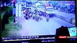 زیر کردن ۲۱ موتور توسط کامیون در ویتنام