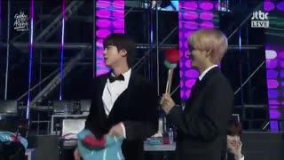 _  ریاکشن جین و تهیونگ به اجرای آهنگ Leave Me Alone از خواننده Im Chang Jung در روز اول مراسم GDA~