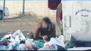 فیلمی تکان دهنده از یک مرد گرسنه که در حال خوردن غذاهای داخل سطل زباله است.