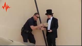 توی خیابون یه شعبده باز به یه پلیس پیشنهاد خرید یه بسته مواد میده