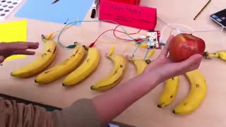 پیانو دیجیتال با موز Makey Makey Banana Piano at the BMW Guggenheim Lab Maker Marathon