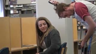 کوتاه کردن خنده دار مو در کتابخانه/ دوربین مخفی