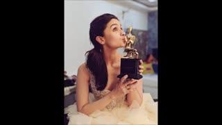 عکس آلیا بات با جایزش برای فیلم عروس بدرینات