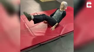 این پیرزن 72 ساله از شما قوی تر است