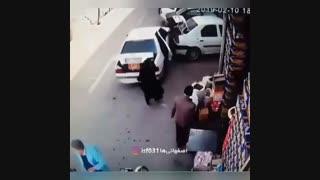 له شدن زن و شوهر زیر خودرو سواری