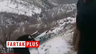کمک مردم پاوه برای بالا کشیدن خودرو سقوط کرده به دره