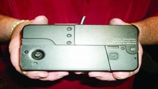 شلیک با اسلحه ای شبیه به تلفن همراه