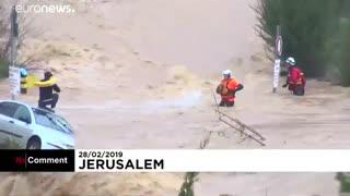 لحظات نجات یک مرد گرفتار شده در سیلاب در پخش زنده تلویزیونی …