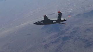 پهپاد جنگی آمریکایی که دو جنگنده را اسکورت میکند