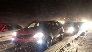 گرفتاری مسافران در برف و کولاک جاده فیروزکوه