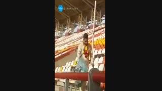 تماشاگران فولاد خوزستان امروز بعد از بازی تیم محبوبشان با سپاهان، ورزشگاه را تمیز کردند