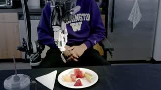 ربات خودکاری که با ظرافت به کاربر غذا میدهد