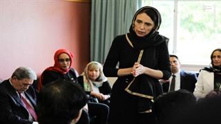 حضور نخست وزیر نیوزلند با حجاب اسلامی برای دلجویی از خانواده های حادثه تروریستی