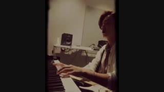دونگهه در حال پیانو زدن