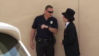وقتی شعبدهباز پلیس را سرکار میگذارد!