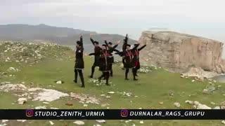 رقص آذربایجانی دورنالار برای عید نوروز در کنار دریاچه اورمیه