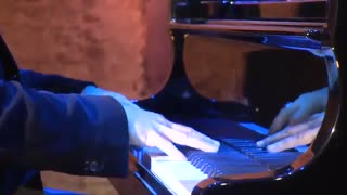 اجرای موسیقی I Giorni توسط لودویکو اناودی پیانیست و آهنگساز ایتالیایی