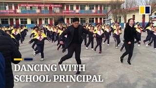 مدیر مدرسه ای که با رقص دانش آموزان را مجبور به ورزش میکند