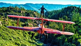 تجربه ایستادن روی بال هواپیمای در حال پرواز