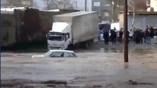 ورود سیل به شهر خرمآباد و خسارت به خودروها