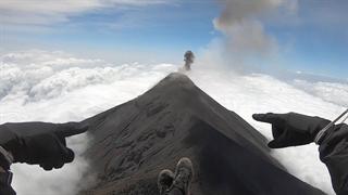پرواز با پاراگلاید بر فراز آتشفشان فعال