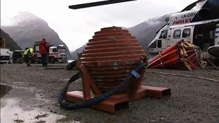 شکستن سنگ عظیم و خطرناک توسط هلیکوپتر برای حفظ امنیت جاده