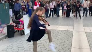 فقط ویولن نوازی این دختر رو ببینید!!!